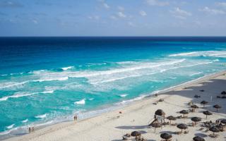 vista de una playa y ranchitos