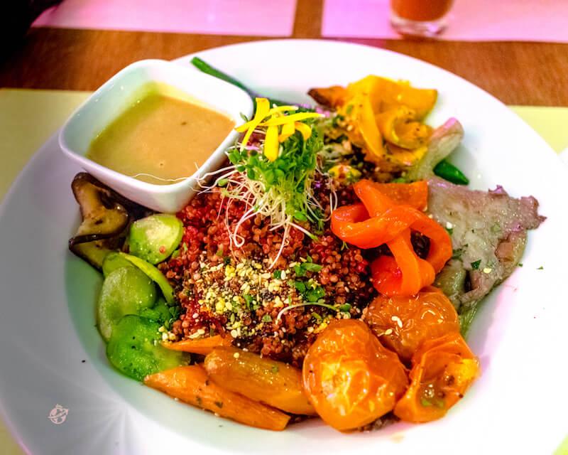Bowl de quinoa con vegetales. Restaurante St. Just Bogota