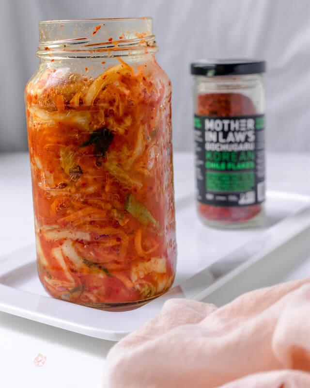 Frasco con kimchi vegano y botella de korean chili flakes