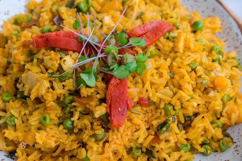 vista cercana de arroz con pollo vegano y vegetales