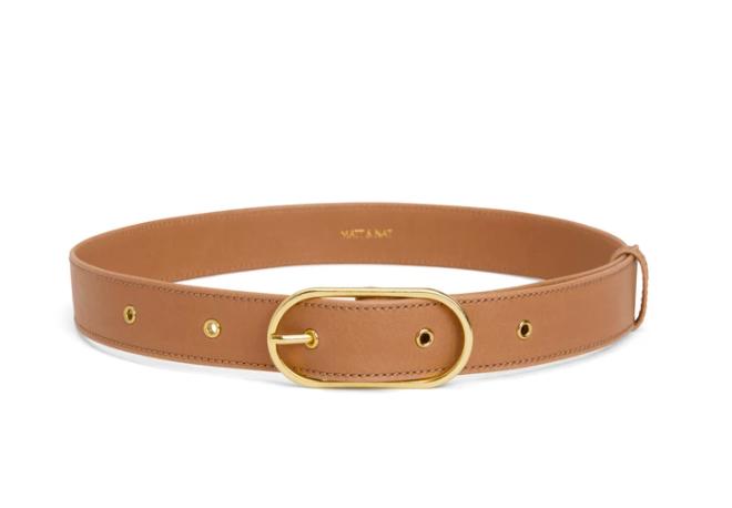 regalos veganos: cinturon de cuero vegano  en color beige con hebilla dorada de la marca matt and nat
