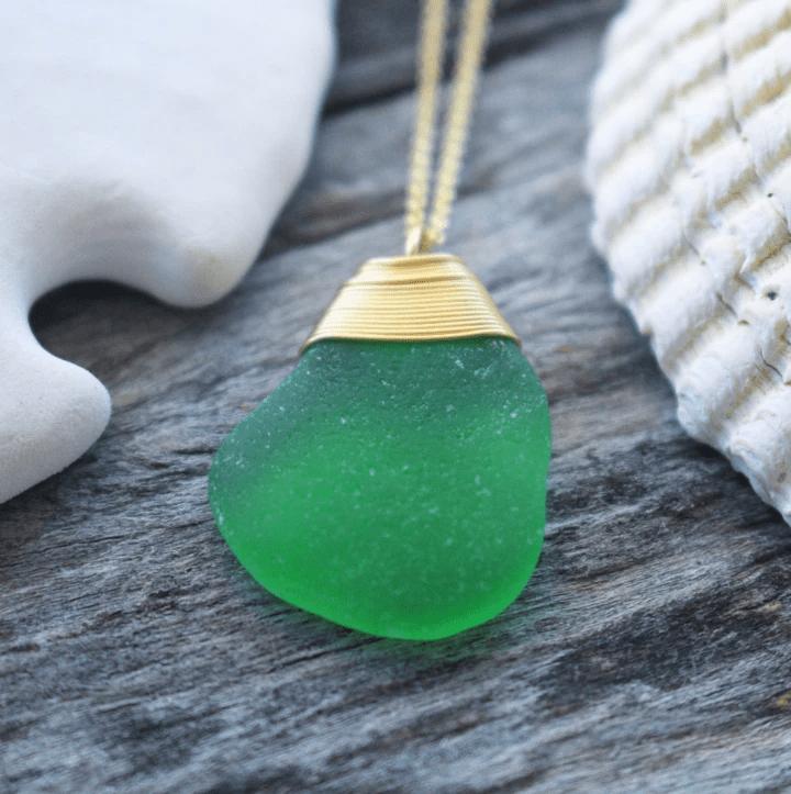 regalos veganos: collar con cadena bañana en oro y dije de cristal marino