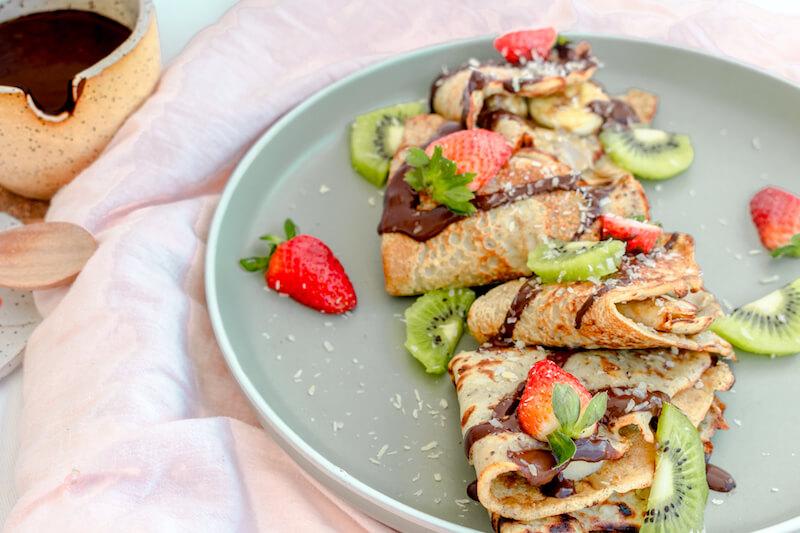 crepes aptos para veganos, con fresas y kiwis