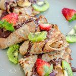 crepes veganos con fresas y kiwis