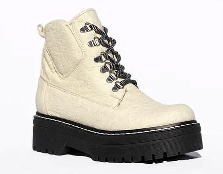 botas blancos con suela y cordones negros