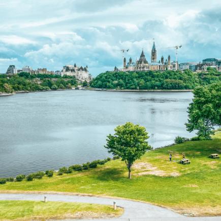 Vista de la ciudad de Ottawa, el rio y un parque en Gatineau